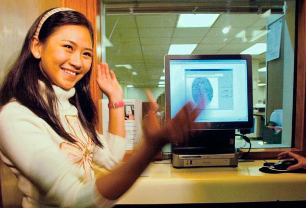 Сдача отпечатков пальцев в консульстве