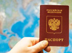 Российский загранпаспорт в руке